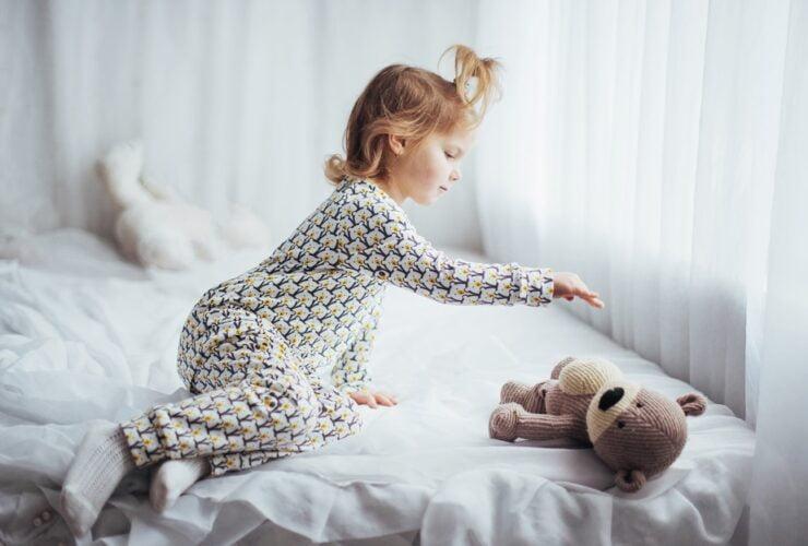 dziecko w pizamie do spania