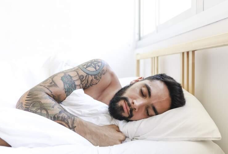 jak dbać o tatuaż w nocy