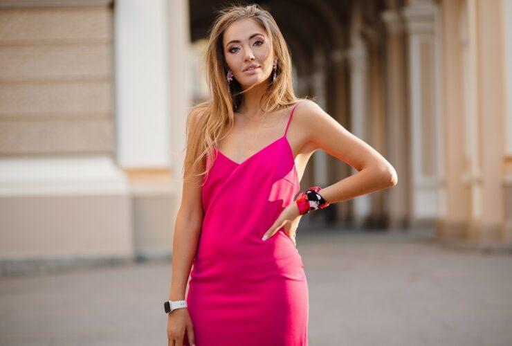 różowa sukienka - jakie dodatki?